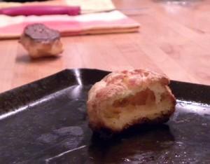 Gougère au fromage sur plaque cuisson acier