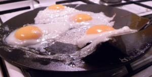 Des oeufs (de nos poules) au plat sur crépière fonte.