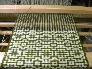 Tissage type deflected avec deux matières, laine et coton.