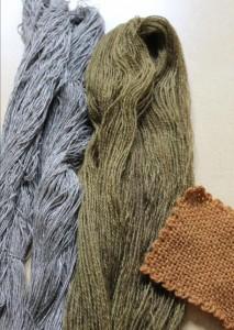 Teinture avec des noix vertes, à gauche sur coton et lin, à droite sur laine (différentes époques de récolte).