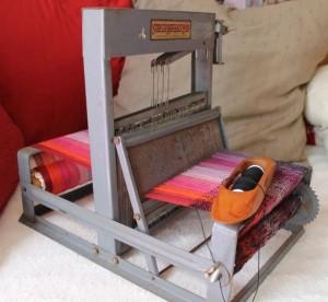 Un petit métier à tisser de 20 cm de large avec 4 cadres.